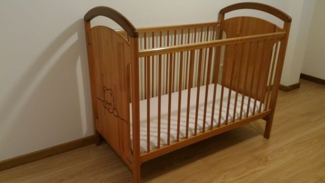 Cama de bebé com gavetão. Marca TRAMA (colchão incluído)