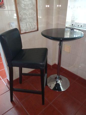 Cadeira alta em cabedal + mesa alta em bom estado.