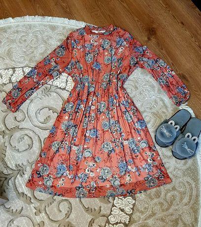 Платье у косички