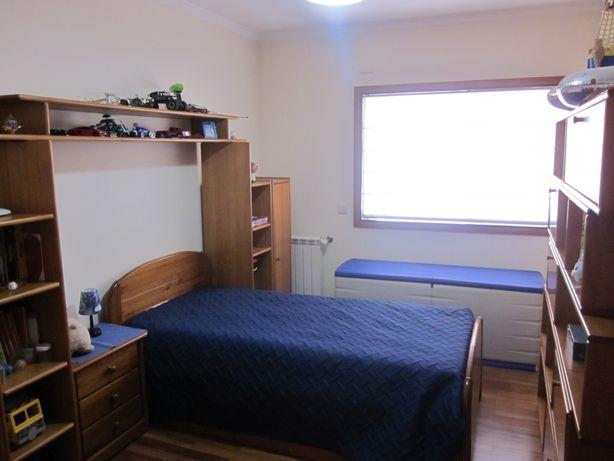 Vendo cama de solteiro com gavetão e mesinha de cabeceira