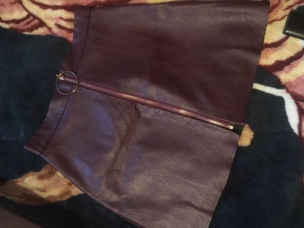Невероятно крутая юбка под кожу с кольцом, цвет бордовый,