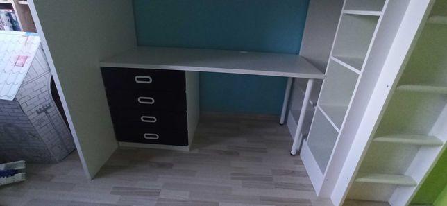 Łóżko na antresoli IKEA wraz z biurkiem.