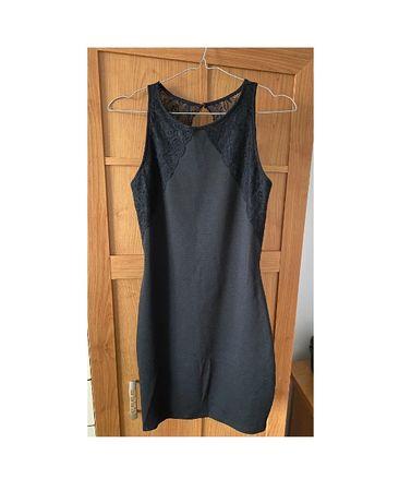 Czarna dopasowana sukienka z odkrytymi plecami Pull&Bear