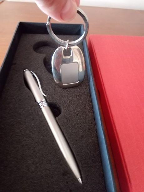 Estojo com caneta e porta chaves .