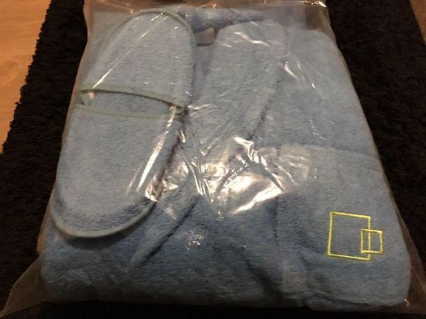 Conjunto de robe e chinelos de quarto azul