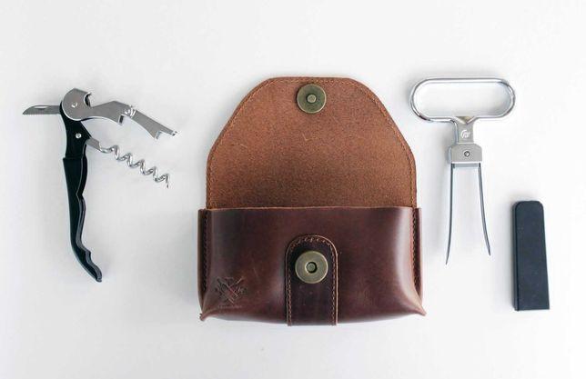 Bolsa de cabedal com abridor de pinças e saca-rolhas - Sommdelux