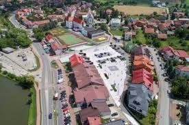 Lokal Kazimierza Wielka duża otwarta przestrzeń parking witryny