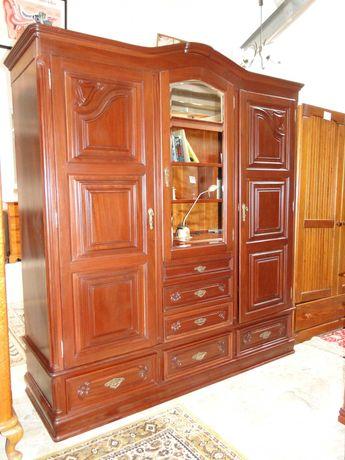 Roupeiro em madeira com três portas e seis gavetas - Bom estado geral