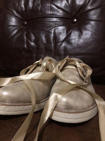 Взуття , кеди , туфлі , ботинки