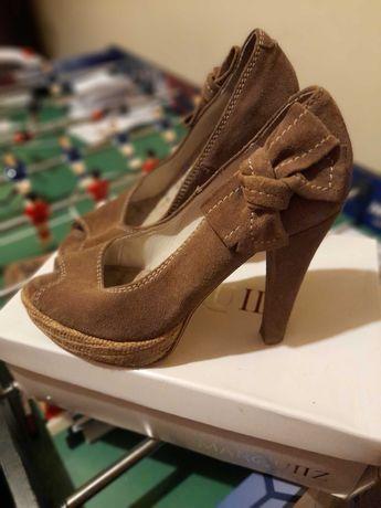 Sapatos salto alto semi novos