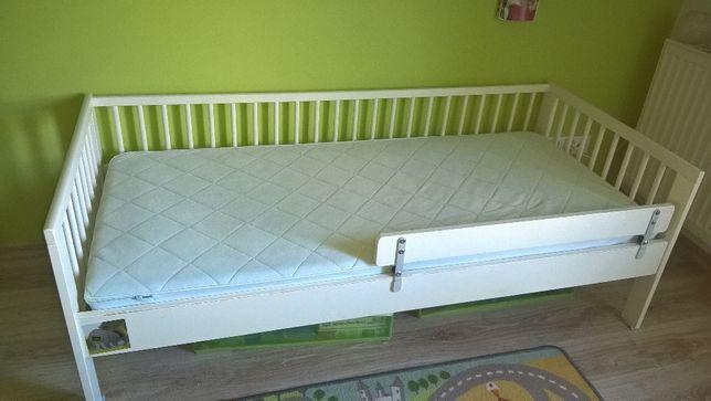 Łóżko dziecięce IKEA razem z materacem.