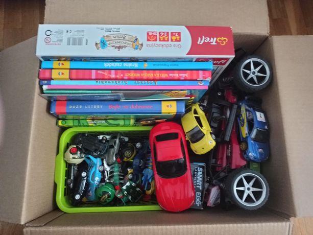Karton z samochodzikami i książkami