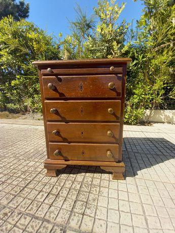 mesa de cabeceira / móvel com 4 gavetas em madeira maciça