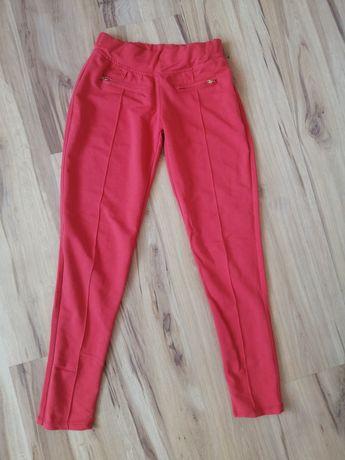 Długie czerwone spodnie