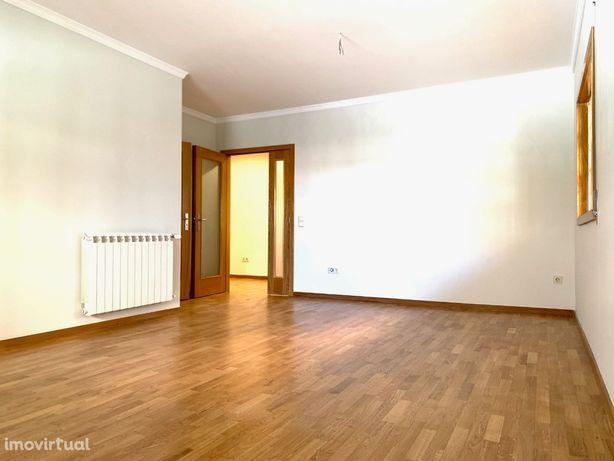 T3 junto ao Candal Park, com 104 m2, cozinha equipada, 1 suite...