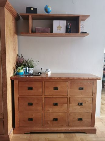 Komoda i półka z litego drewna.