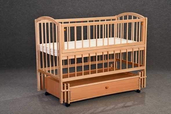 Детская кроватка с маятником, ящиком, съемной боковиной и прутьями
