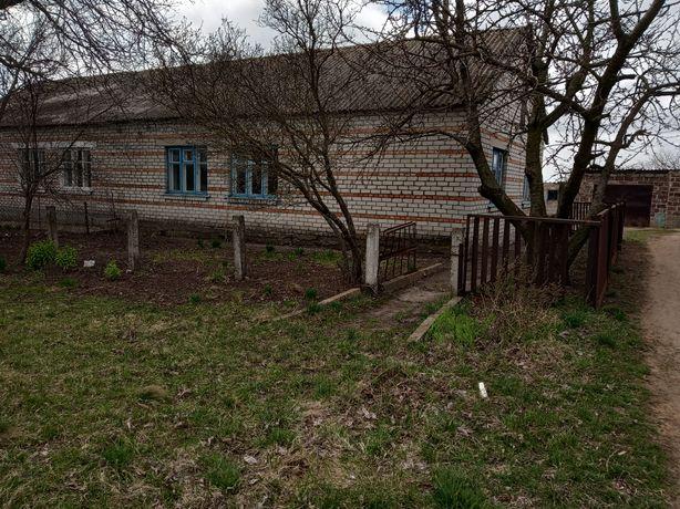 Продам добротный дом в селе. Всё коммуникации, но требует ремонта.