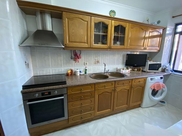 Móveis de cozinha com bancada em mármore, fogão e exaustor incluídos