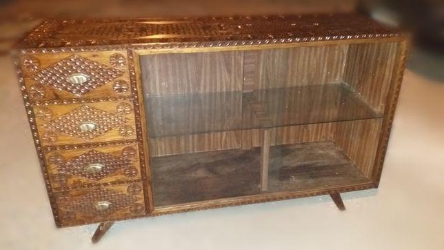 Móvel antigo (vintage) com vidro (aparador)