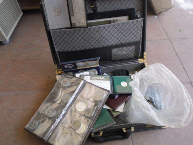mala com moedas antigas de escudos