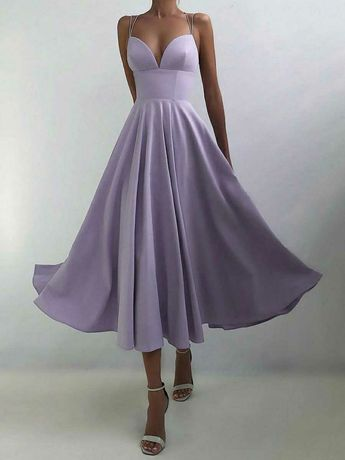 Женское платье на тонких бретельках без рукавов с плиссировкой
