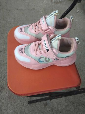 Продам лёгкие удобные кроссовки на девочку р 32