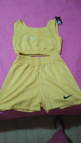 Conjunto de top e de calções Nike