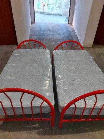 2 camas em ferro Ikea solteiro com estrado e colchão