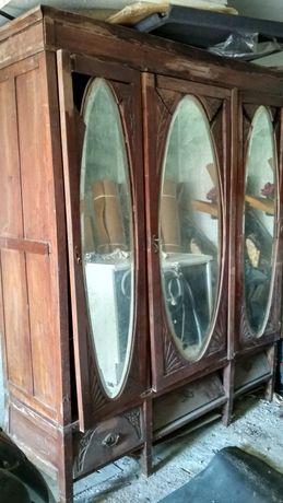Roupeiro antigo com mais de 300 anos