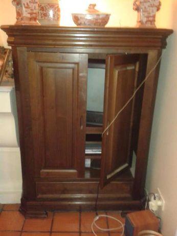 Móvel em madeira com prateleira giratória e extensível para TV