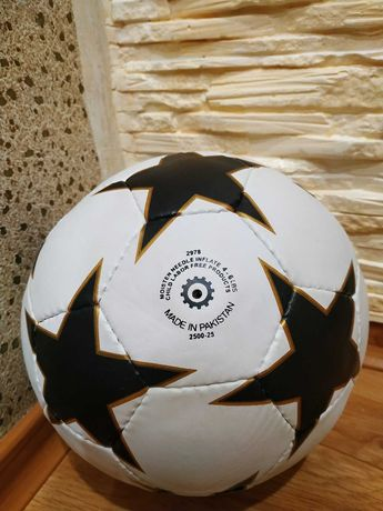 Срочно продам футбольный мяч.