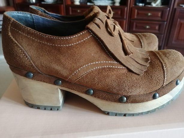 Sapatos castanhos com franjas