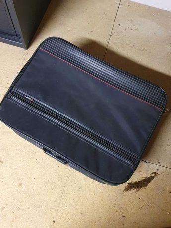 Stara czarna walizka