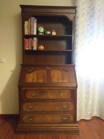 Cama de solteiro, dois colchões e escrivaninha.