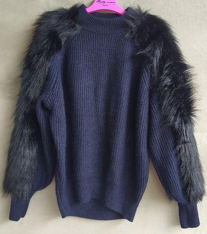 sweter H&M XS granatowy wykończonym czarnym futerkiem na rękawach idea