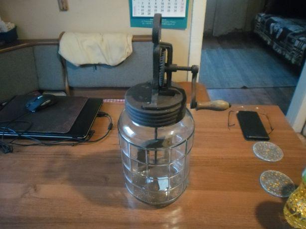 Maszynka- urządzenie do wyrobu masła.