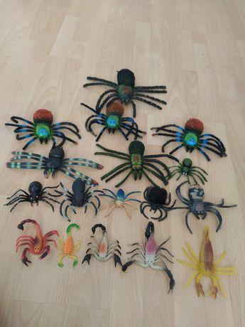 Pająki i skorpiony zabawkowe.