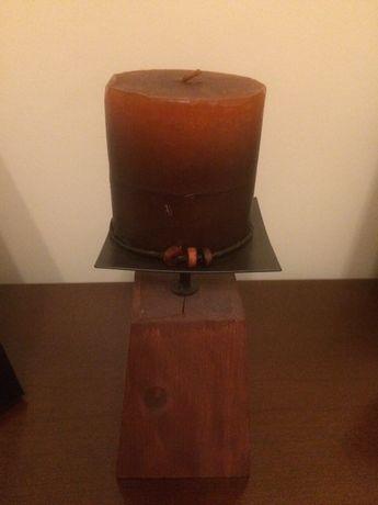 Castiçal de madeira com vela