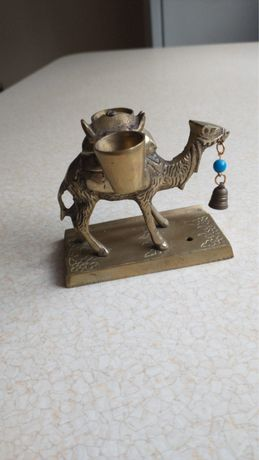 Mosiezny wielblad w wiaderkami