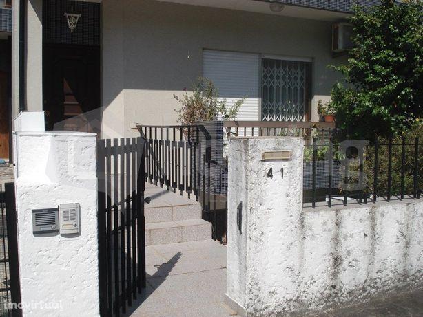 Moradia Geminada T2+1 para venda em St Ovídio a 50m Salva...