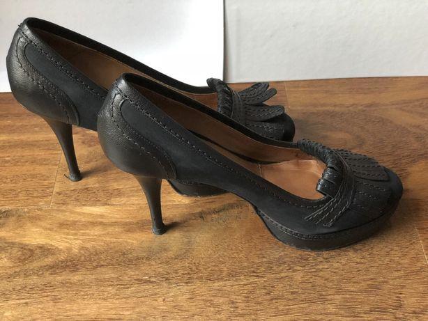 Sapatos de salto pretos em pele, da Uterque
