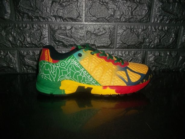 Яркие цветные кроссовки