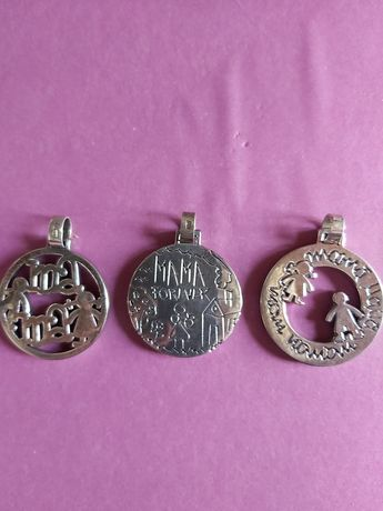 Várias medalhas/pendentes de prata.