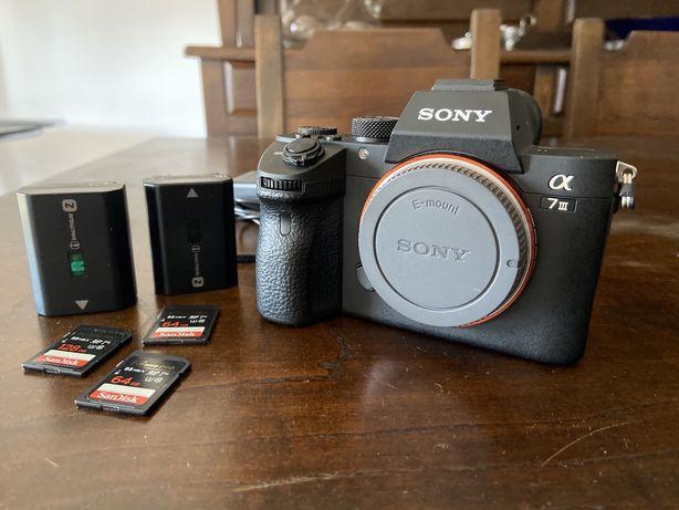 Sony A7 III + 3 cartões de memoria + 2 baterias + mochila