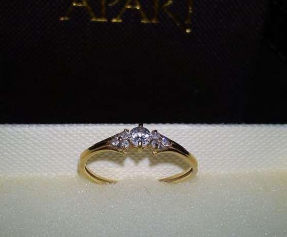 delikatny złoty pierścionek jak diadem korona z 7 kamieni