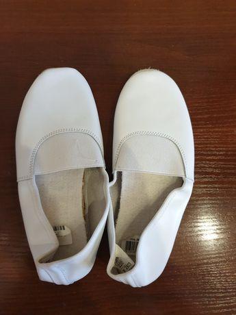 Новые кожаные чешки белого цвета, длина по стельке 22 см, 250 руб.