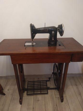 Stara drewniana maszyna do szycia że stolikiem Łucznik kl.82 Radom