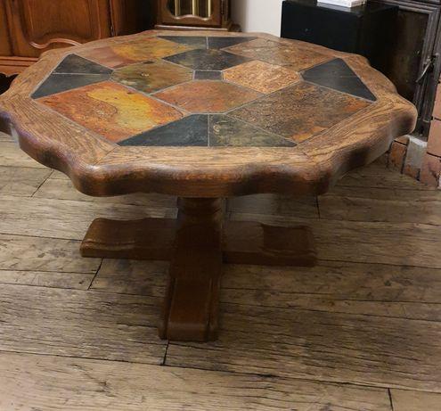 Zabytkowy drewniany stół z kamiennymi kaflami