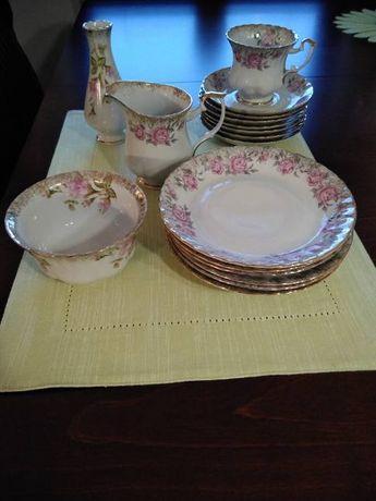 Zestaw kawowy - biała porcelana w różowe kwiatki firmy Chodzież.